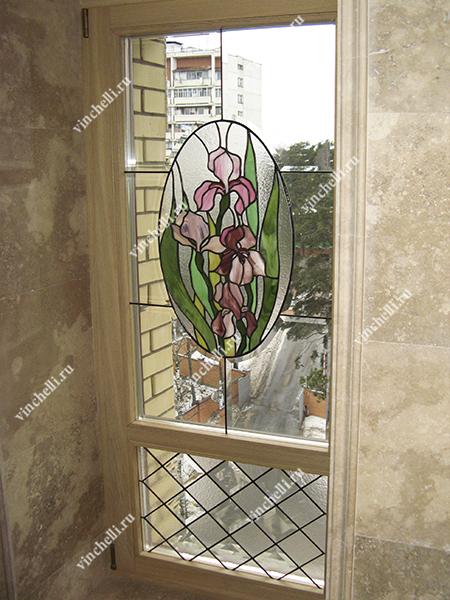 Дубовое окно с витражом